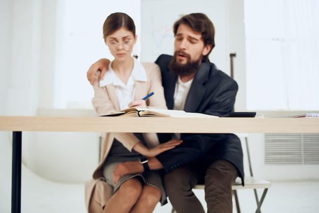 職場の同僚の嫌がらせの問題オフィスの対立