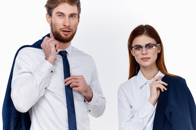 Коллеги по работе мужчина и женщина в костюмах финансов