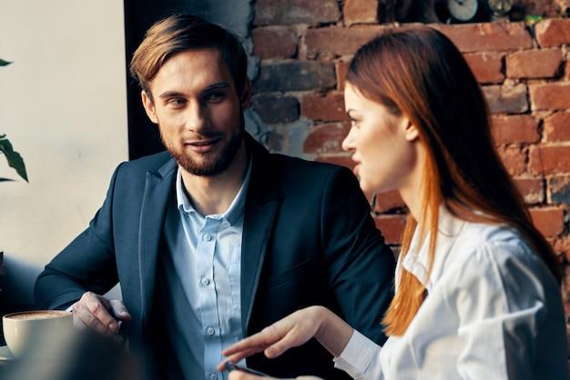 카페 커뮤니케이션 커피 한 잔에 앉아 직장 동료