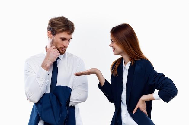 フォーマルな服を着た職場の同僚がポーズをとる