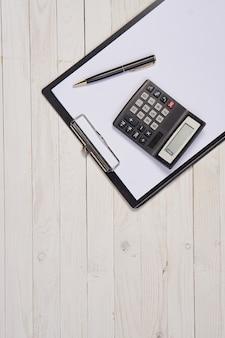 仕事机文房具紙フォルダー木製の背景