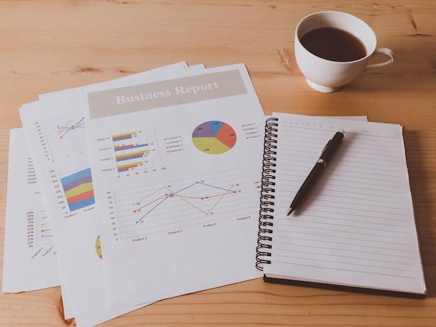 비즈니스 차트와 나무 책상에 안경 작업 책상.