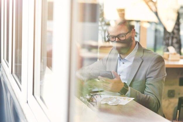 코비드 발생 동안 작업하는 젊은 사업가 또는 남성 프리랜서는 보호용 안면 마스크를 사용하여