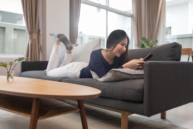 Работа из дома концепции молодая женщина, лежа на диване