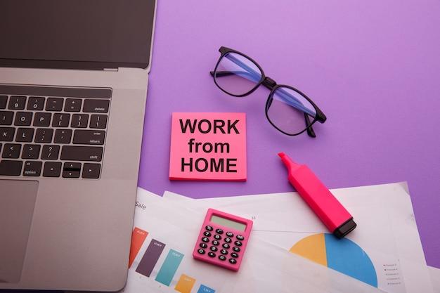 在宅勤務、ピンクの付箋にメッセージ。自宅で仕事をするための最良のアドバイス。