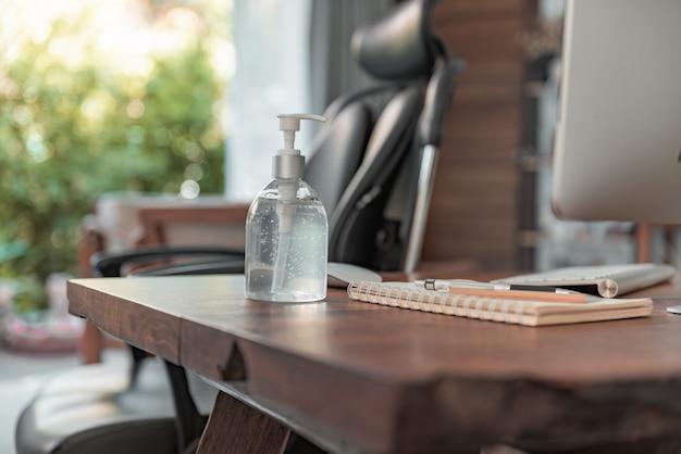 コロナウイルスの発生やcovid-19からコンピューターと手の消毒剤を保護して、ホームオフィスのガジェットの衛生状態を管理します