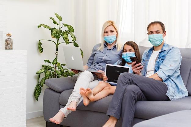 집에서 일하거나 코로나바이러스 코비드-19 전염병 위기에서 집에 있으십시오. 라이프스타일 노트북과 태블릿으로 집에서 행복한 가족 시간. 격리.