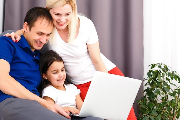 집에서 일하거나 코로나바이러스 코비드-19 전염병 위기에서 집에 있으십시오. 라이프 스타일 행복 한 가족 시간 집에서 노트북입니다. 격리.