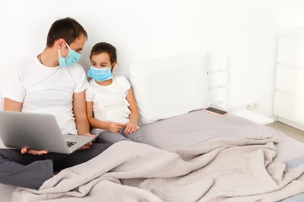 집에서 일하거나 코로나바이러스 코비드-19 전염병 위기에서 집에 있으십시오. 라이프 스타일 행복한 가정에서 노트북과 함께 시간을 보내십시오. 격리.