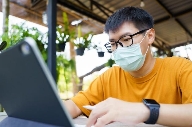 Работа из дома молодой фрилансер или бизнесмен, работающих на дому офис с планшета смартфон.