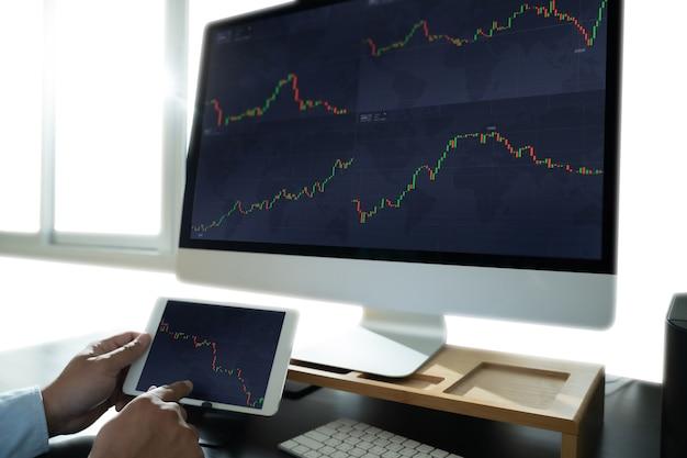 懸命に働くデータ分析統計情報ビジネステクノロジー投資証券取引所の取引
