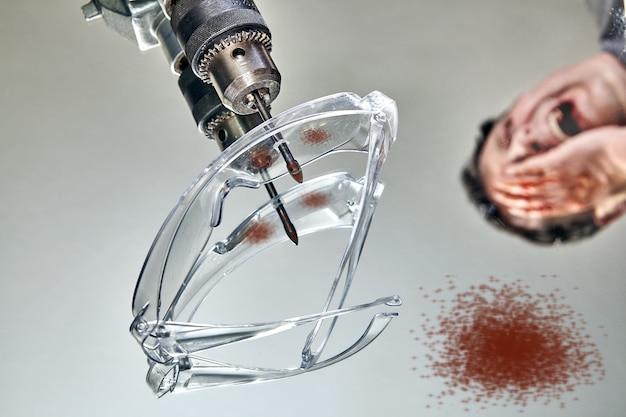 Производственная травма в результате аварии на промышленном предприятии.
