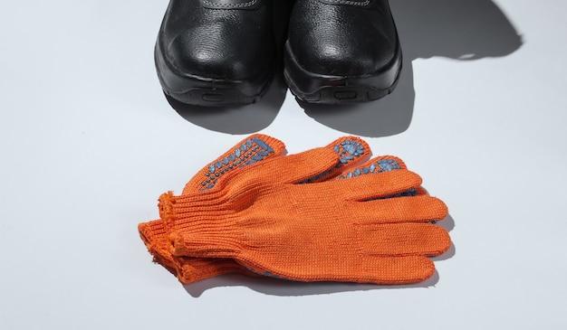 가죽 신발과 장갑 흰색 배경에 작동합니다. 안전 장비.