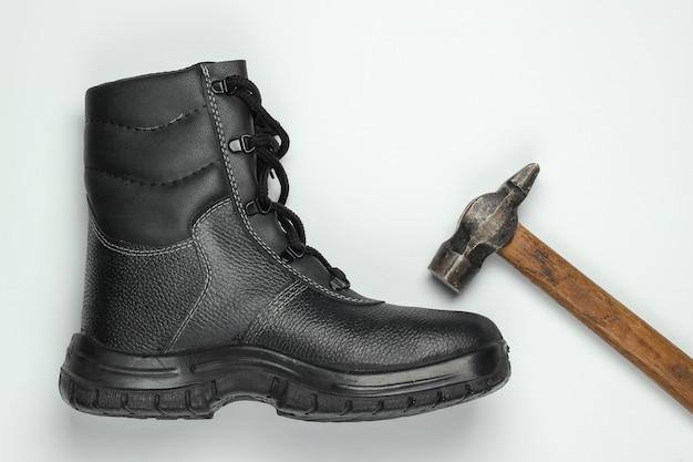 작업 가죽 신발과 흰색 바탕에 망치. 안전 장비 및 산업용 도구. 평면도