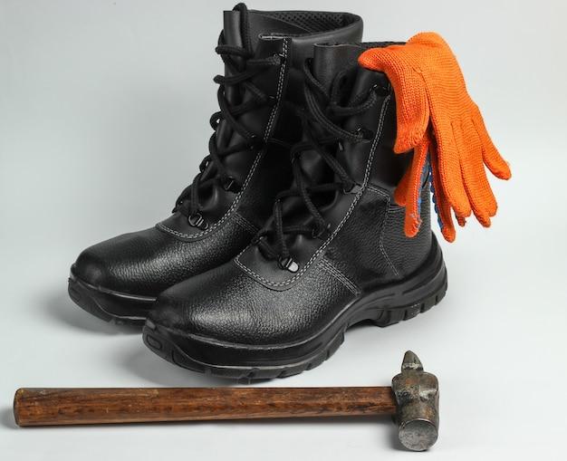 작업 가죽 신발, 장갑, 망치에 고립 된 흰색 배경. 안전 장비 및 산업용 도구.