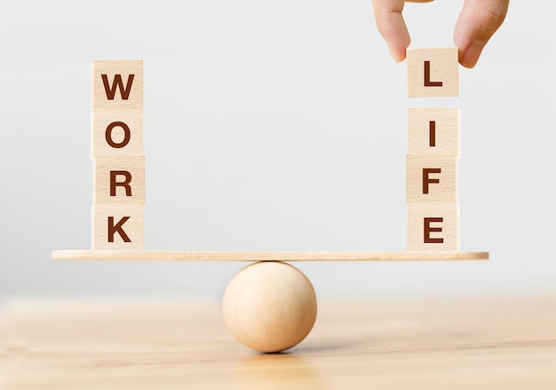 일과 삶의 균형 개념입니다. 시소에 work와 life라는 단어가 있는 나무 큐브 블록