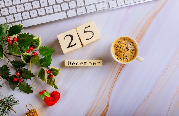 12 월 25 일 cristmas day와 커피 컴퓨터 키보드 크리스마스 구성의 컵과 사무실 책상 작업