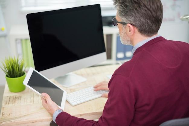コンピューターとタブレットで同時に作業する