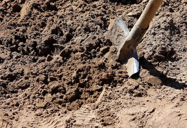 土の中にシャベルで地球を掘る作業