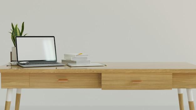 Рабочее пространство с деревянным столом с белой стеной и макетом ноутбука с пустым экраном и копией пространства