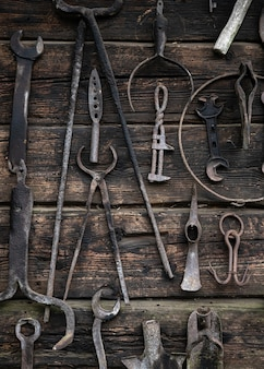 木製の壁に掛かっている作業工具。