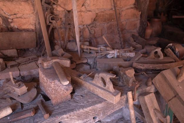 오래된 목공 작업장에서 작업 도구
