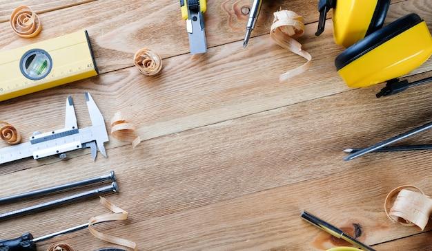 Рабочие инструменты на деревянном столе. строительные инструменты на деревянных досках. концепция строительства.