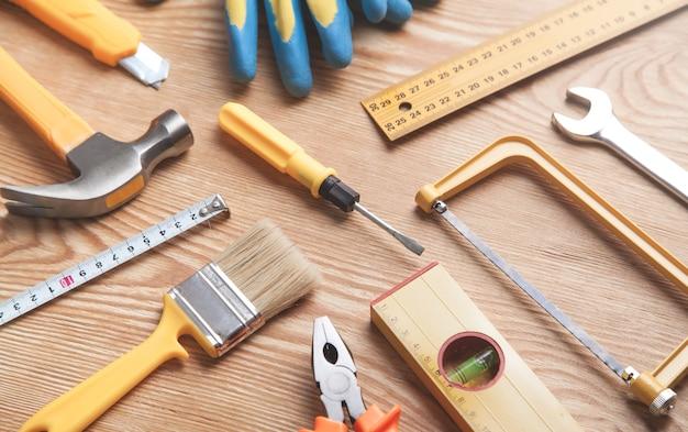 Рабочие инструменты на деревянных фоне