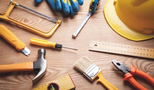 Рабочие инструменты на деревянных фоне.