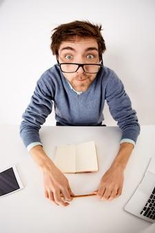Трудоголик, бизнес и концепция офиса. угловой снимок человека, сходящего с ума на работе