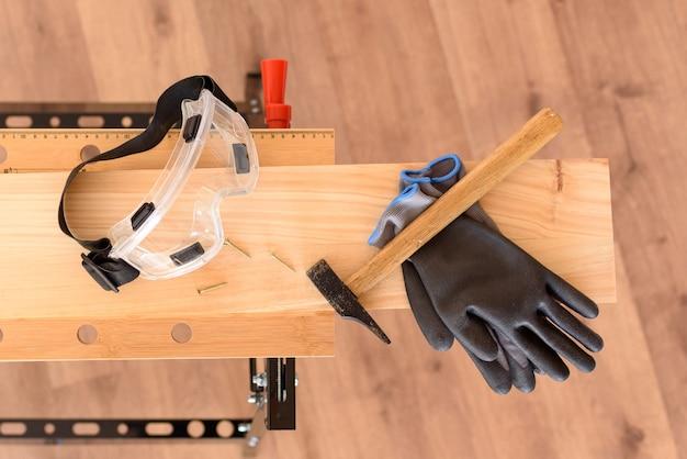 保護メガネと安全手袋を着用した作業台。誰もいません。