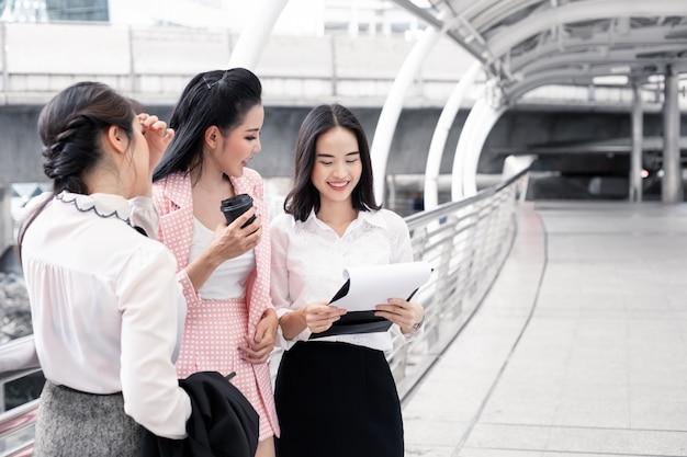 Соберите азиатскую женщину смотря информацию в workbook.