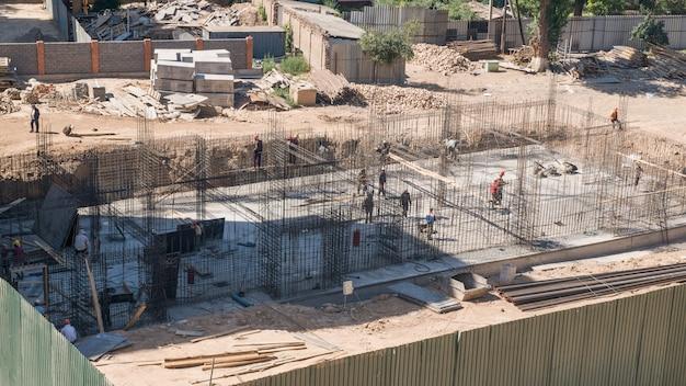 건설 현장의 작업자 및 건축업자 건설 중인 건물의 기초 완성