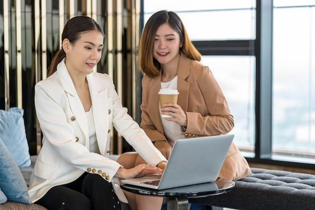 Рабочий азия коллега чашка кофе профессиональный предприниматель стиль жизни партнер менеджер