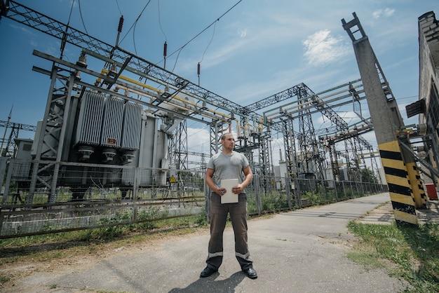 変圧器の近くの変電所の労働者