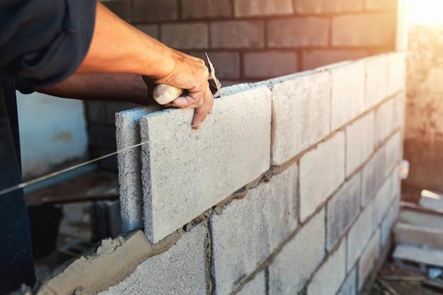 시멘트로 작업자 건물 벽 벽돌