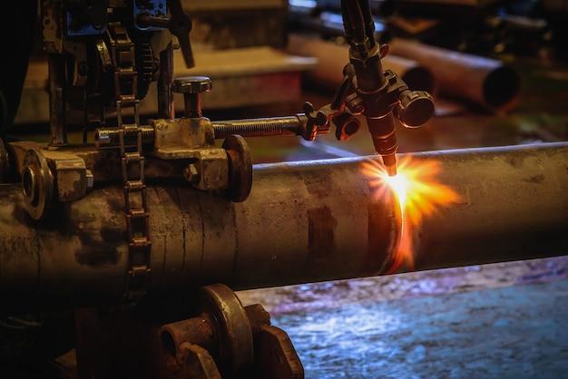 アセチレン溶接トーチを使用して作業者が切断する鋼管