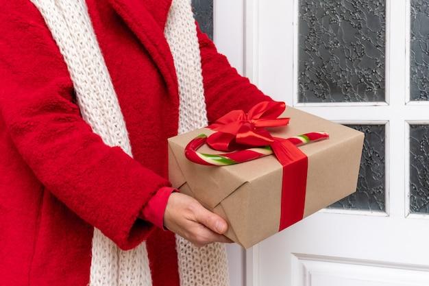 Работник, доставляющий подарочные коробки накануне праздников