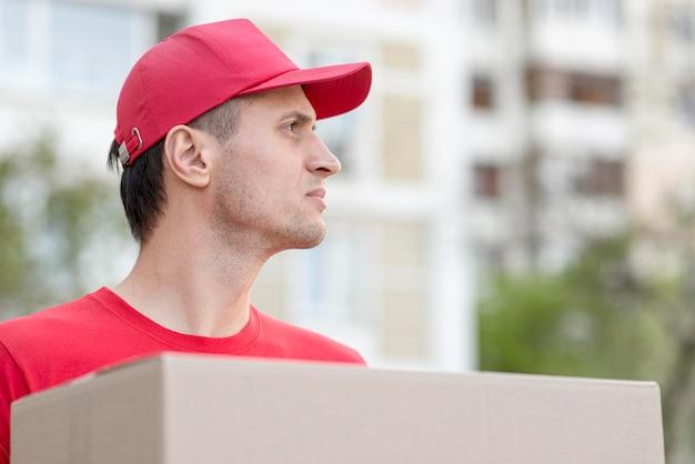 Рабочий, доставляющий заказ