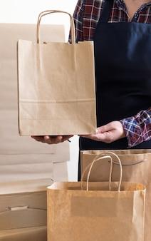 Работник службы доставки упаковочный пакет коробка фартук упаковщик доставка открытый кофе на ходу