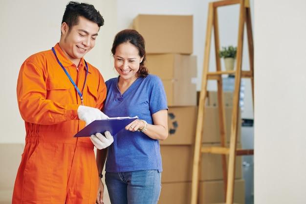 顧客と契約の詳細を話し合っている労働者