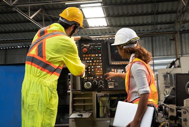 機械エンジニアと産業会社で働く労働者エンジニアindustry.engineer。