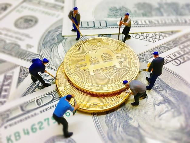 달러 메모 배경에 동전 돈을 파고 돕는 작업자 인물