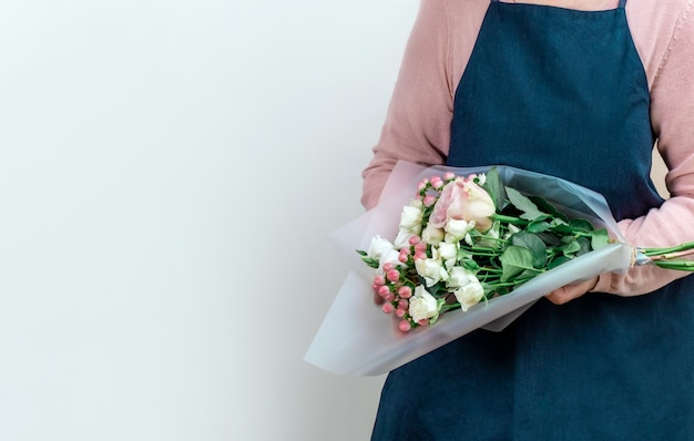 Работник цветок розовый служба доставки упаковка фартук упаковщик доставка открыть онлайн белый