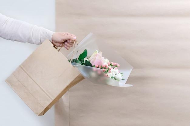 Работник цветок розовый служба доставки упаковка сумка коробка фартук упаковщик доставка открыт онлайн