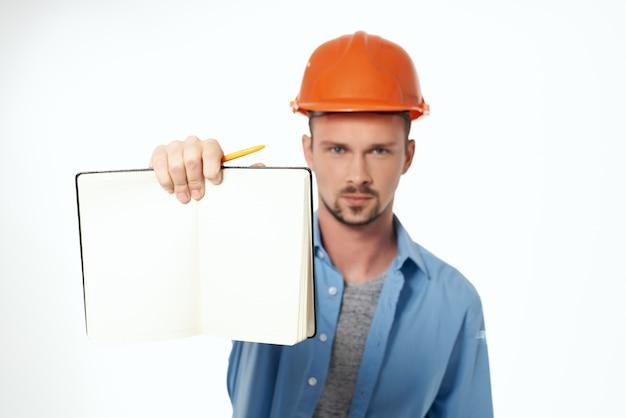 青いシャツの感情の専門家の孤立した背景の労働者
