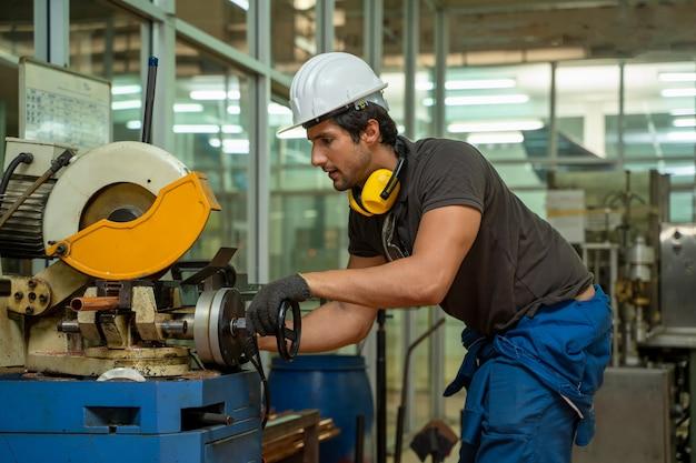 기계, 기술자 작업 및 대형 산업 공장에서 기계 검사에 공장에서 노동자.