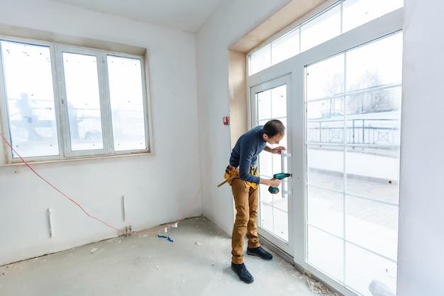Glazier의 작업장, 창고 또는 보관 처리 유리의 작업자