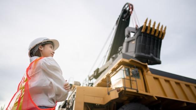 석탄을 운반하는 트럭과 갈탄 또는 석탄 채굴 작업자.