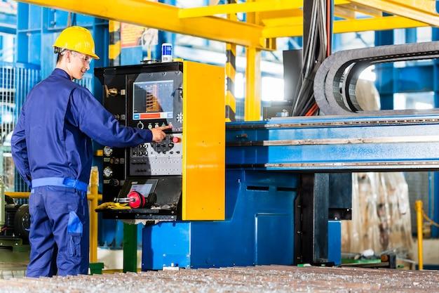 Cnc機械制御盤の製造工場の労働者